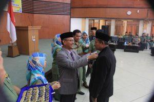 SATYALANCANA. Wali Kota Ano Sutrisno menyematkan tanda kehormatan satyalancana karya satya kepada 448 PNS di Lingkungan Pemkot Cirebon di gedung Islamic Center komplek masjid At-Taqwa, Senin (18/8).