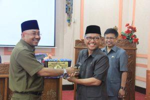 Caption: Wali Kota Tanjungpinang H Lis Darmansyah memberikan plakat penghargaan kepada Wali Kota Cirebon H Ano Sutrisno usai membahas pembangunan ekonomi di sector pariwisata, Rabu (17/9).*