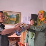 Caption: Ketua Forum RW, Untung secara simbolis menyerahkan pakaian layak pakai ke Dinsosnakertrans, Senin (6/10) kemarin.*