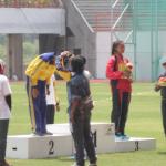 Foto pengalungan medali atletik di porda jabar 2014