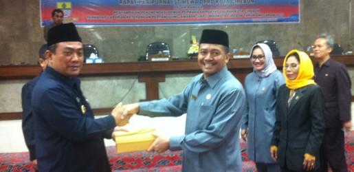 Walikota Cirebon Nasruddin Azis menerima Dokumen Rekomendasi DPRD Kota Cirebon terhadap LKPJ Walikota Cirebon TA. 2015 saat sidang paripurna di ruang Griya Sawala DPRD Kota Cirebon (28/4).