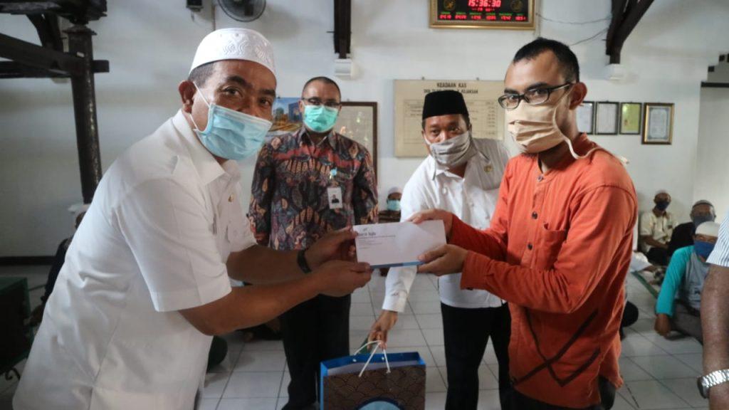 Salurkan Bantuan untuk DKM, Wali Kota Cirebon Minta Masyarakat Lebih Disiplin untuk Physical Distancing