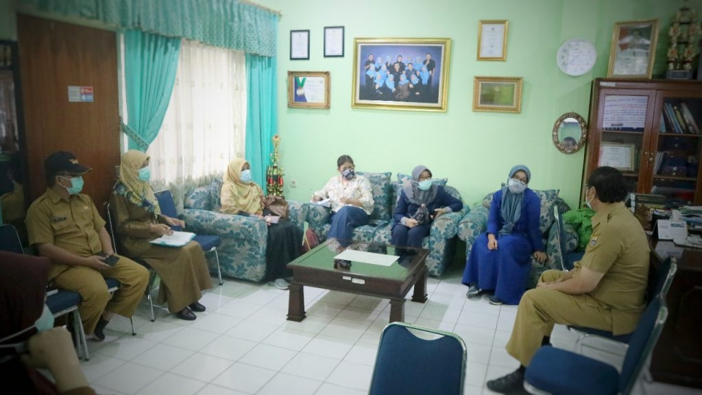 Alat PCR Dioperasikan, 12 Sampel Swab Dikirim Dinkes Kota Cirebon ke RS Pelabuhan