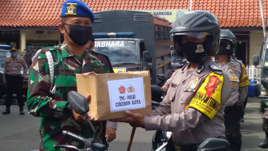 TNI dan Polri Bagikan 1000 Paket Sembako, Wali Kota Cirebon: Bukti 3 Pilar Saling Mengisi