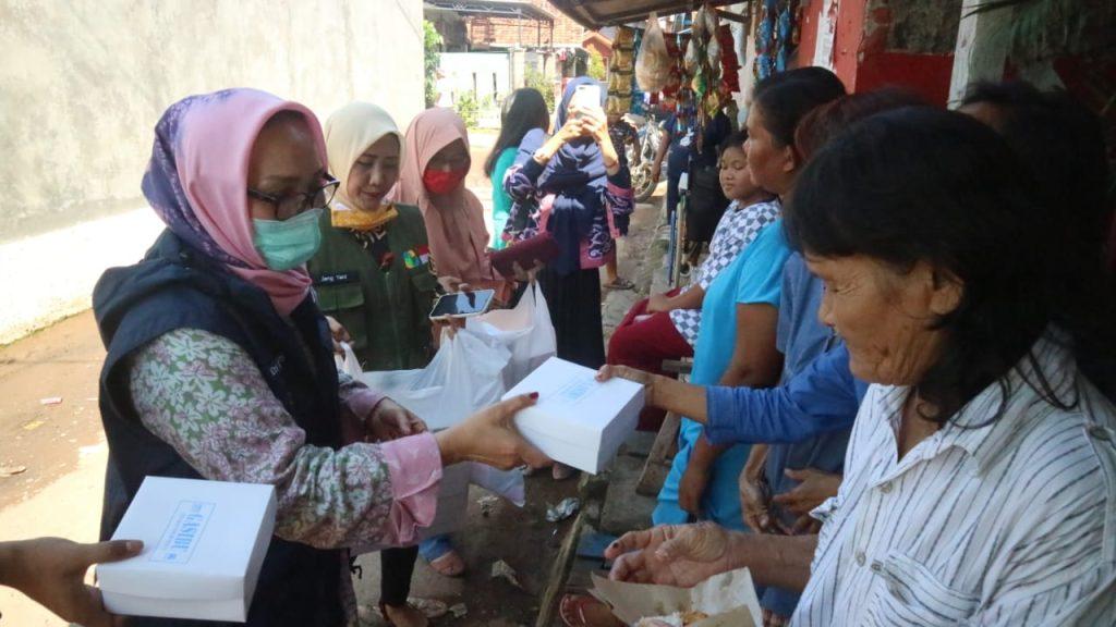 Jabar Bergerak Bagikan Ratusan Nasi Bungkus untuk Ratusan Warga Pesisir Kota Cirebon