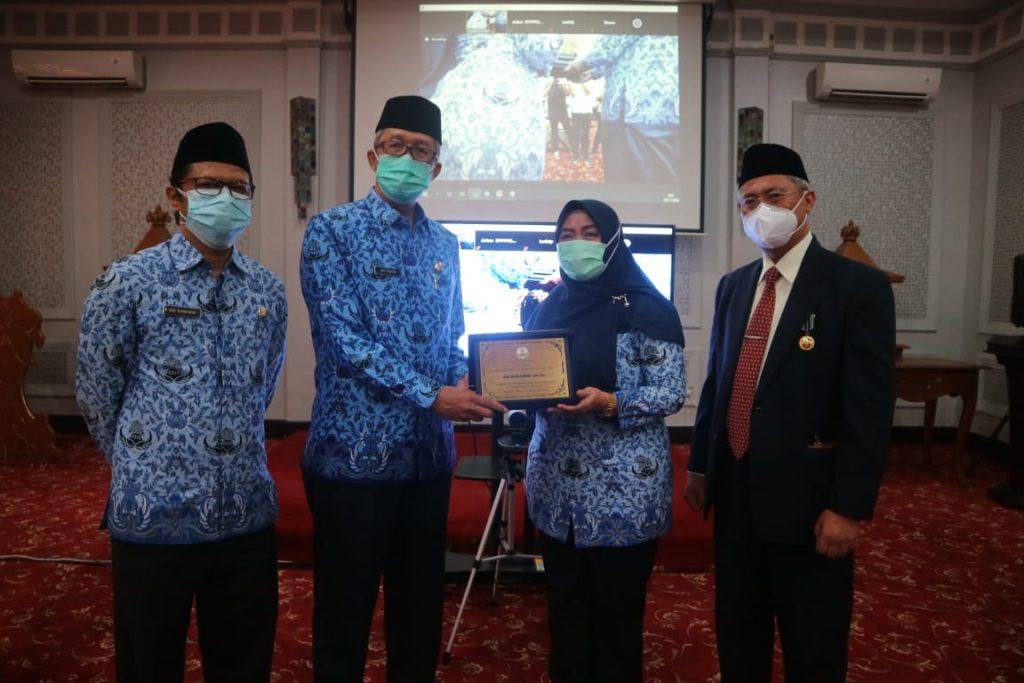 Ratusan ASN Kota Cirebon Terima Tanda Kehormatan Satyalancana